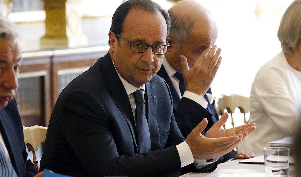 """Presidente francês, François Hollanderealizou uma reunião de emergência com ministros e comandantes militares após revelações feitas pelo site WikiLeaks, segundo o qual a Agência de Segurança Nacional dos EUA (NSA) teria espionado os três últimos presidentes da França: """"A França não vai tolerar ações que ameacem sua segurança e a proteção de seus interesses"""", disse um comunicado do gabinete presidencial"""