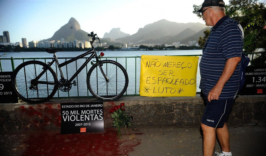 Conforme o projeto, sancionado pelo governador Luiz Fernando Pezão, fica proibido o porte de objetos cortantes como facas, canivetes e estiletes com lâmina maior que 10 cm; também passa a valer uma lei que tipifica o crime de roubo de bicicleta. A medida foi baseada em um pedido dos ciclistas