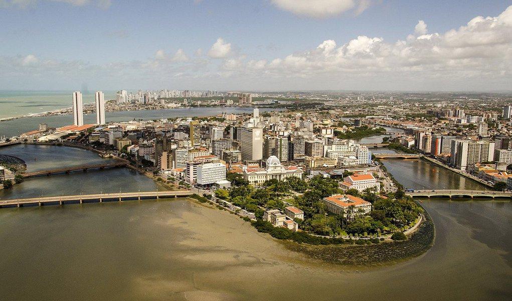 O Recife é a capital do Nordeste que registra o maior Índice de Desenvolvimento Humano Municipal (IDHM), conforme dados do Programa das Nações Unidas para o Desenvolvimento (PNUD); município, que possui cerca de 1,5 milhão de habitantes, apresenta um IDHM de 0,772, segundo os dados atualizados do Atlas do Desenvolvimento Humano; apesar do bom indicador, quando se trata de regiões metropolitanas, porém, o Grande Recife fica atrás das regiões metropolitanas de Salvador (BA) e São Luís (MA). Em nível nacional, a Região Metropolitana do Recife ocupa a 15ª posição