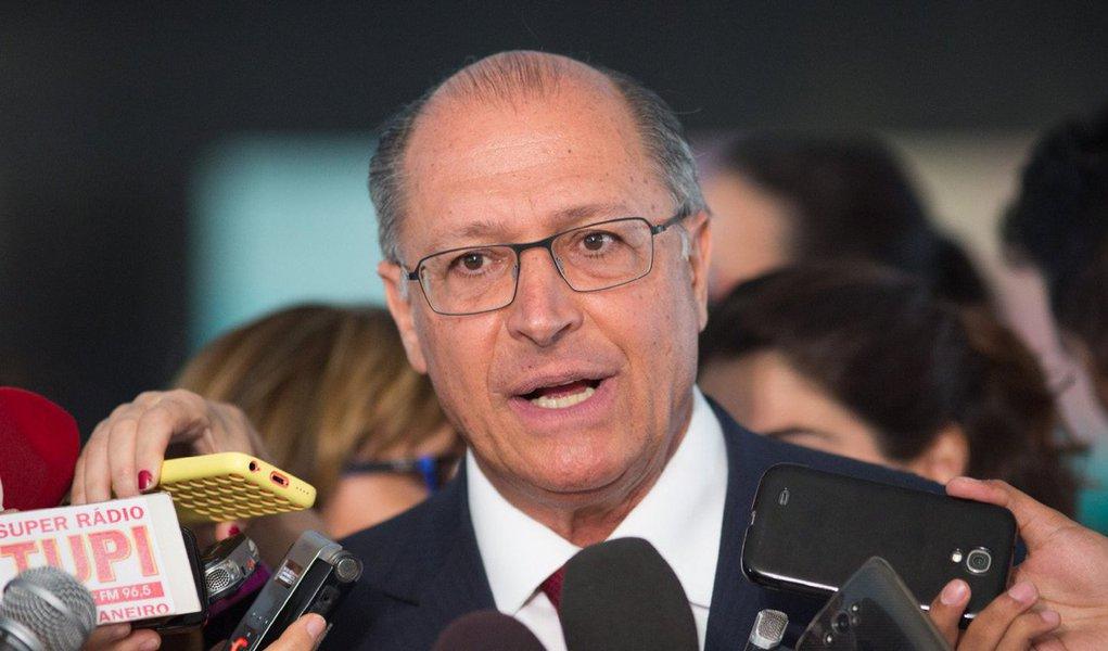 """Governador Geraldo Alckmin, tido como o nome natural do PSDB para a disputa presidencial de 2018, diverge frontalmente do senador Aécio Neves, presidente nacional do partido;""""Essa questão de impeachment não está colocada neste momento, não há nenhuma proposta hoje de impeachment no Congresso Nacional"""", destacou Alckmin nesta segunda-feira 10, durante cerimônia em homenagem a Eduardo Campos no Recife; segundo ele, """"só existirá nova eleição se anular a eleição passada"""", algo que """"hoje não é discutido""""; líderes tucanos na Câmara e no Senado defenderam na semana passada que haja novas eleições antes de 2018"""