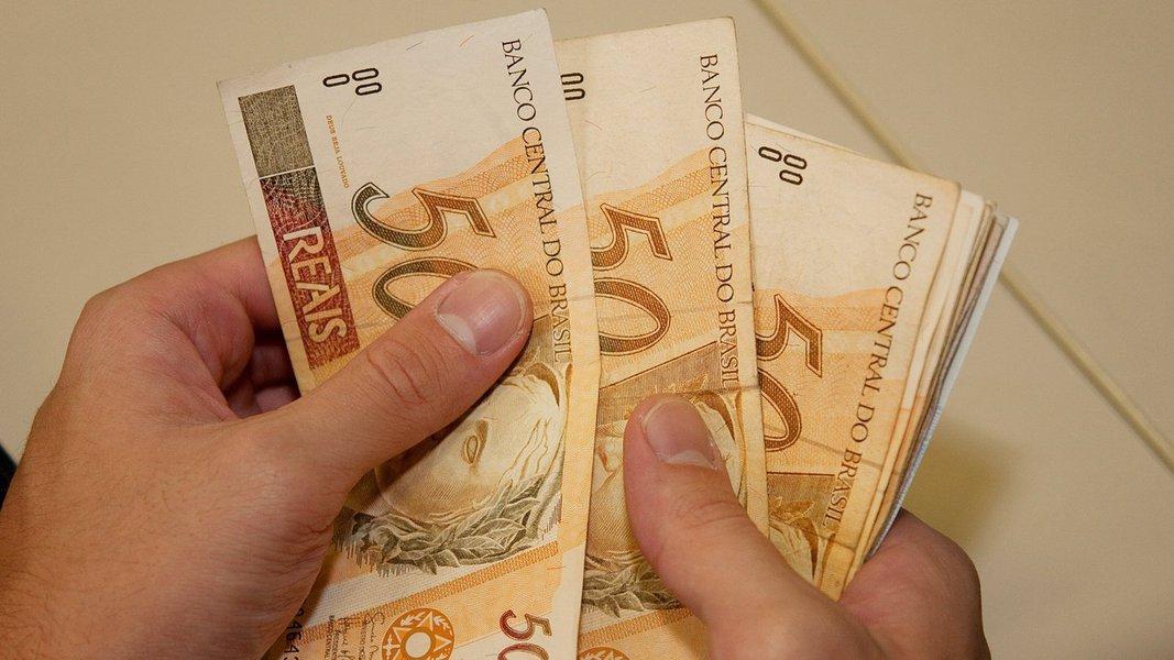 A Receita Federal deposita nesta segunda (17), na rede bancária, os valores referentes ao terceiro lote de restituições do Imposto de Renda Pessoas Física 2015; no lote, estão 1.742.112 contribuintes, totalizando mais de R$ 2,1 bilhões; foram também liberadas declarações que estavam na malha fina dos exercícios de 2008 a 2014; a consulta ao lote está disponível desde a semana passada na página da Receita na internet ou por meio do Receitafone 146