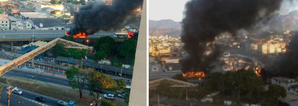 Três ônibus urbanos foram incendiados no viaduto de Del Castilho, subúrbio da zona norte do Rio, depois que um homem foi baleado na favela Bandeira 2, durante uma ação da PM contra bandidos da região; os ônibus foram queimados por moradores da favela e o viaduto ficou fechado nos dois sentidos, o que provocou uma grande confusão no trânsito; agora, sobe para 12 o total de ônibus incendiados na cidade do Rio desde janeiro de 2015, com prejuízos de R$ 4,5 milhões para as empresas