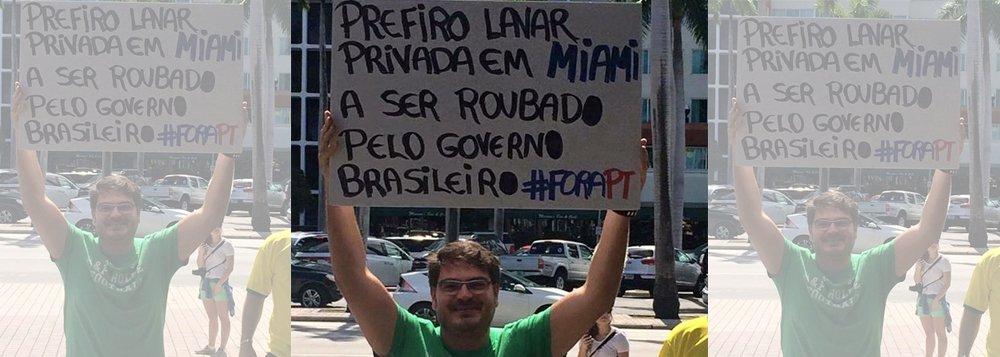 """Blogueiro Rodrigo Constantino, que mora em Miami, nos Estados Unidos, posta foto nas redes sociais em que segura uma placa com a frase: """"Prefiro lavar privada em Miami a ser roubado pelo governo brasileiro #ForaPT"""""""