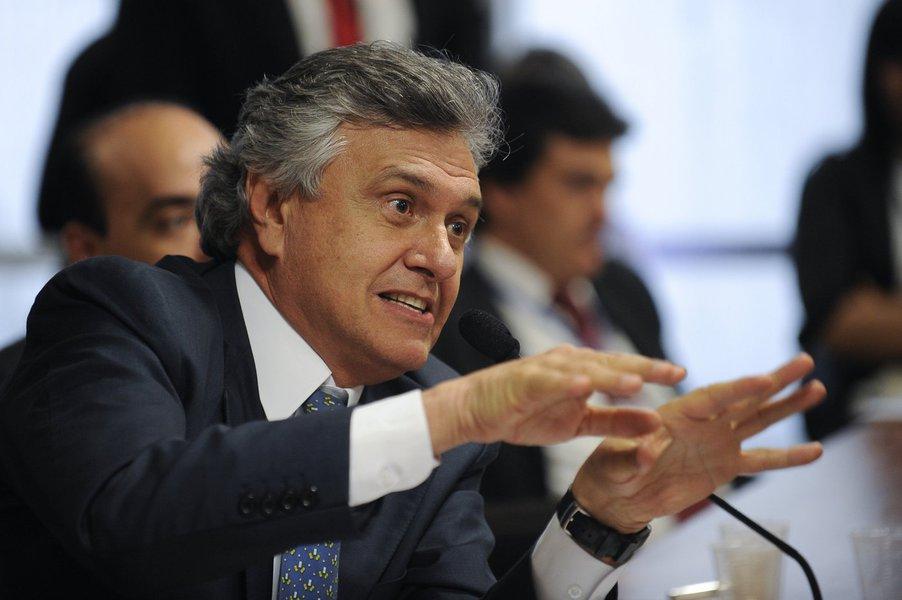 """Para o líder do DEM no Senado, a delação do empresário Ricardo Pessoa, dono da UTC, """"prova que as campanhas de Dilma foram irrigadas com dinheiro roubado da Petrobras e de outras fontes""""; """"Isso é motivo mais do que suficiente para Dilma perder o mandato e convocarmos novas eleições. Que a Câmara abra o processo de impeachment"""", defendeu Ronaldo Caiado via Twitter; ministro Edinho Silva, que era tesoureiro da campanha da presidente no ano passado, defende que todas as doações foram declaradas à Justiça Eleitoral; lista de doadores da UTC inclui políticos de seis partidos, incluindo o senador Aloysio Nunes (PSDB-SP), que foi vice na chapa de Aécio"""