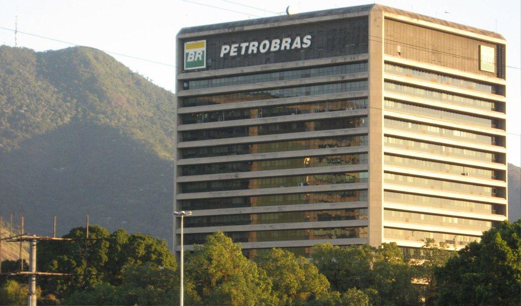 Petrobras pediu nesta quinta-feira, 25, que um juiz norte-americano dispense ação coletiva de investidores sobre as denúncias de corrupção na estatal; juiz distrital Jed Rakoff não proferiu decisão sobre o pedido da Petrobras, mas disse que o fará dentro de duas semanas; o advogado da Petrobras na ação, Roger Cooper, culpou pessoas isoladas pela corrupção na estatal e disse que a companhia não pode ser responsabilizada pela ação deles; já investidores dizem que US$ 98 bilhões em ações e títulos da Petrobras foram inflados pela companhia