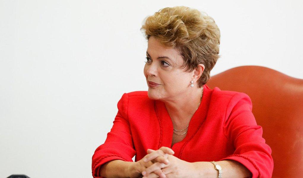"""A presidente Dilma Rousseff recebeu nesta quinta (13) um grupo de seis senadores independentes, que entregaram a ela uma carta de sugestões para a superação da crise vivida pelo país; participaram do encontro os senadores Cristovam Buarque (PDT-DF), Lasier Martins (PDT-RS), Lídice da Mata (PSB-BA), Acir Gurgacz (PDT-RO), João Capiberibe (PSB-PB) e Randolfe Rodrigues (PSOL-AP); """"Ela reconhecer que a crise que nós atravessamos decorre de dois tipos de equívocos – na política econômica e na condução da campanha. Mesmo que se possa dizer que esses equívocos se justificavam na época, como ela mesma disse que ninguém sabia o que ia acontecer com o preço do petróleo e com o preço da soja, mesmo assim tem que reconhecer que houve medidas que provocaram essa crise"""", disse Buarque"""