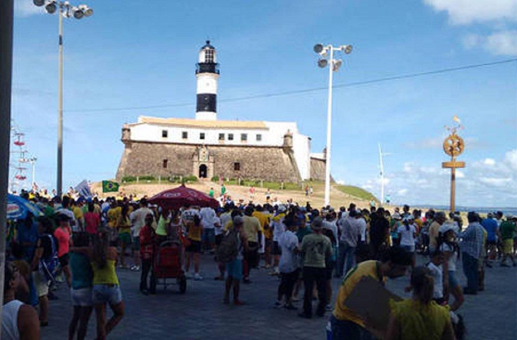 Manifestação contra o governo federal, marcado para esta manhã em Salvador, começou com uma confusão a respeito da concentração; um grupo de manifestantes se dirigiu até o Farol da Barra e outras turmas foram em direção ao Porto; os equívocos de divulgação acabaram dispersando os manifestantes, que aguardam nos dois locais pelo início do protesto