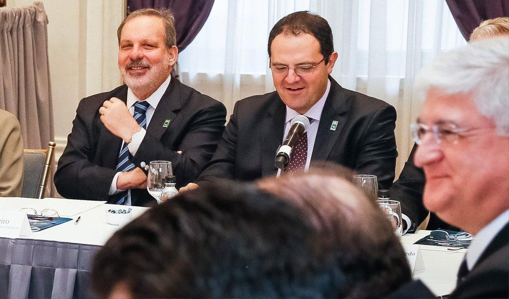 """Em conversa com empresários brasileiros nos EUA, onde a presidente Dilma Rousseff cumpriu agenda neste domingo, o ministro do Desenvolvimento, Armando Monteiro, disse que o aumento do comércio exterior é """"prioridade irrecusável"""" para estimular o crescimento econômico no Brasil; """"O Brasil vive um período de transição na sua economia e o reequilíbrio fiscal impõe, no curto prazo, uma certa retração da atividade econômica doméstica. É exatamente por isso que o canal do comércio exterior se apresenta como uma prioridade irrecusável"""""""