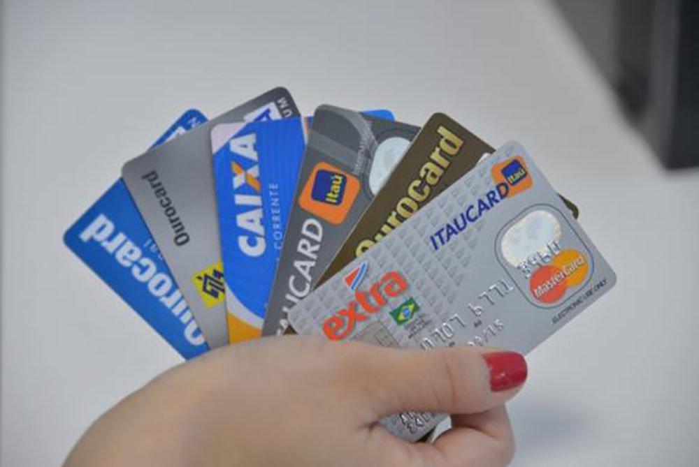 Os brasileiros estão usando cada vez mais o rotativo do cartão de crédito. No fim de junho, o somatório do saldo devedor dessa modalidade de crédito atingiu o recorde de R$ 33,122 bilhões, na série histórica do Banco Central (BC), iniciada em março de 2007. No início da série histórica, esse saldo era de R$ 11,407 bilhões