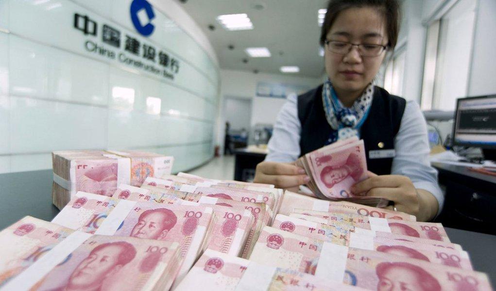 """País desvalorizou o valor do yuan em relação ao dólar em 1,62% nesta quarta-feira; o Banco Central da China estabeleceu hoje a """"taxa de referência"""" diária da moeda chinesa em 6.3306 para US$ 1, comparando com o valor de 6.2298 nessa terça-feira"""