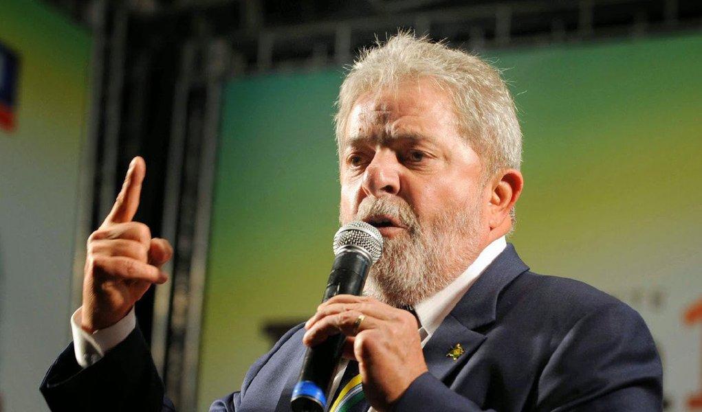 """Em nota enviada para a TV Globo sobre os protestos que ocorreram neste domingo (16) dos quais foi um dos alvos, o ex-presidente Lula rechaçou que tenha praticado qualquer crime; """"Lula foi preso na ditadura porque defendia a liberdade de expressão e organização política. O povo brasileiro sabe que ele só pode ser acusado de ter promovido a melhora das condições de vida e acabado com a fome de milhões de brasileiros, o que para alguns parece ser um crime político intolerável"""", afirmou o Instituto Lula"""