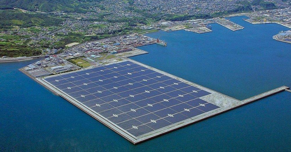 A empresa japonesa Mitsubishi Electric vai construir em Fukuoka (no Sul do Japão) o maior sistema de armazenamento de energia solar do mundo, com capacidade de 50 mil kilowatts; projeto, encomendado pela companhia elétrica japonesa Kyushu Electric Power e que conta com financiamento estatal, consistirá em uma rede de baterias, que ocupará extensão de 14 mil metros quadrados na localidade de Buzen e será capaz de fornecer eletricidade a 30 mil habitações
