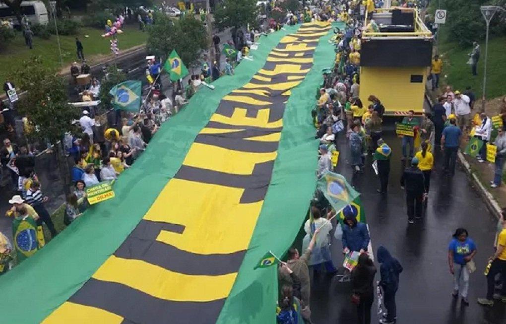 Manifestantes fazem ato contra o governo federal em Porto Alegre neste domingo; concentração no Parque Moinhos de Vento (Parcão) começou por volta de 14h; está programada uma caminhada que vai passar por ruas e avenidas da capital gaúcha até terminar no Parque Farroupilha (Redenção); grupo pede o impeachment da presidente Dilma Rousseff