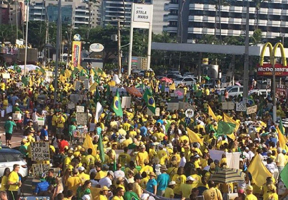 Contando com o apoio do PSDB, os manifestantes pedem o impeachment de Dilma e a apuração de irregularidades na última eleição presidencial; de acordo com o líder do ato, Alessandro Gusmão, o objetivo é que sejam levadas à frente as investigações quanto ao suposto uso de dinheiro vindo de paraísos fiscais