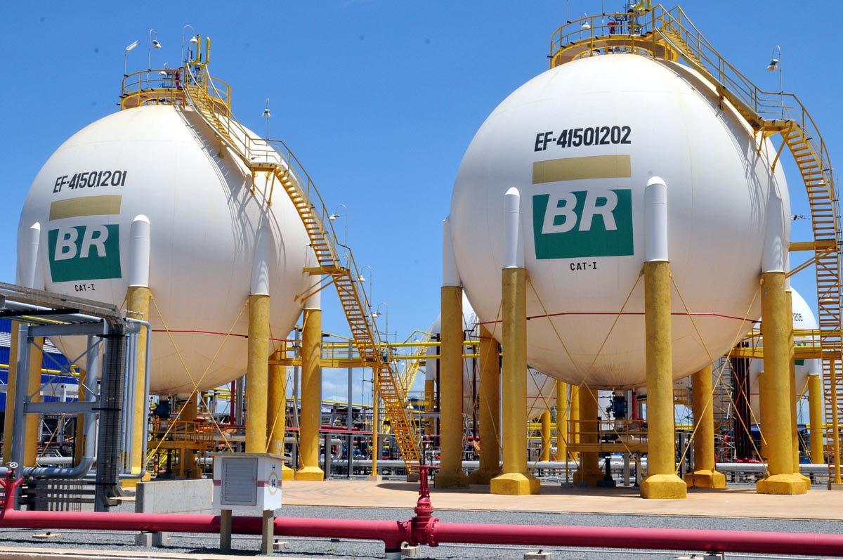 """A Petrobras permanecerá no setor de distribuição de gás natural, afirmou a presidente da subsidiária de gás da petroleira brasileira, Gaspetro, Angelica Laureano; ela fez a afirmação ao ser questionada se a empresa terá fatias vendidas, conforme notícias recentes na imprensa; """"A Petrobras permanecerá na distribuição"""", assegurou"""