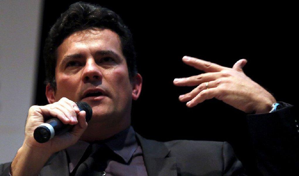 O juiz federal Sergio Moro autorizou a transferência de três presos na Operação Lava Jato para o Complexo Médico Penal em Pinhais (PR), presídio localizado na região metropolitana de Curitiba; com a decisão, Celso Araripe, ex-funcionário da Petrobras, Flávio Barra, ex-executivo da Andrade Gutierrez, e o ex-diretor da Área Internacional da estatal Jorge Zelada deixarão a carceragem da Superintendência da Polícia Federal nos próximos dias; transferência foi requerida pela Polícia Federal (PF), que alegou limitação do espaço destinado às celas, devido chegada frequente de novos presos