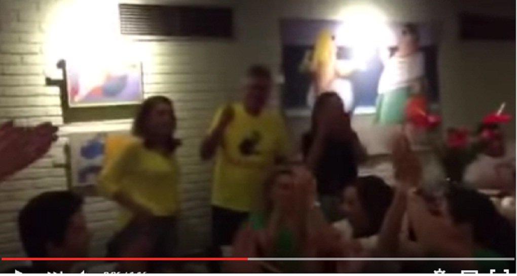 """Senador jantava numa pizzaria da capital paulista, no Itaim Bibi, quando foi """"interrompido"""" por um grupo da mesa ao lado; antes mesmo de o homem começar a elogiar Caiado, o senador já está de pé, sorrindo; entre eles está o cidadão que hostilizou o ministro Padilha meses atrás num restaurante de São Paulo; familiares e o grupo aplaudem e gritam o nome de Caiado, mas os outros clientes da pizzaria ignoram o ato e não entram na onda radical contra o governo federal"""