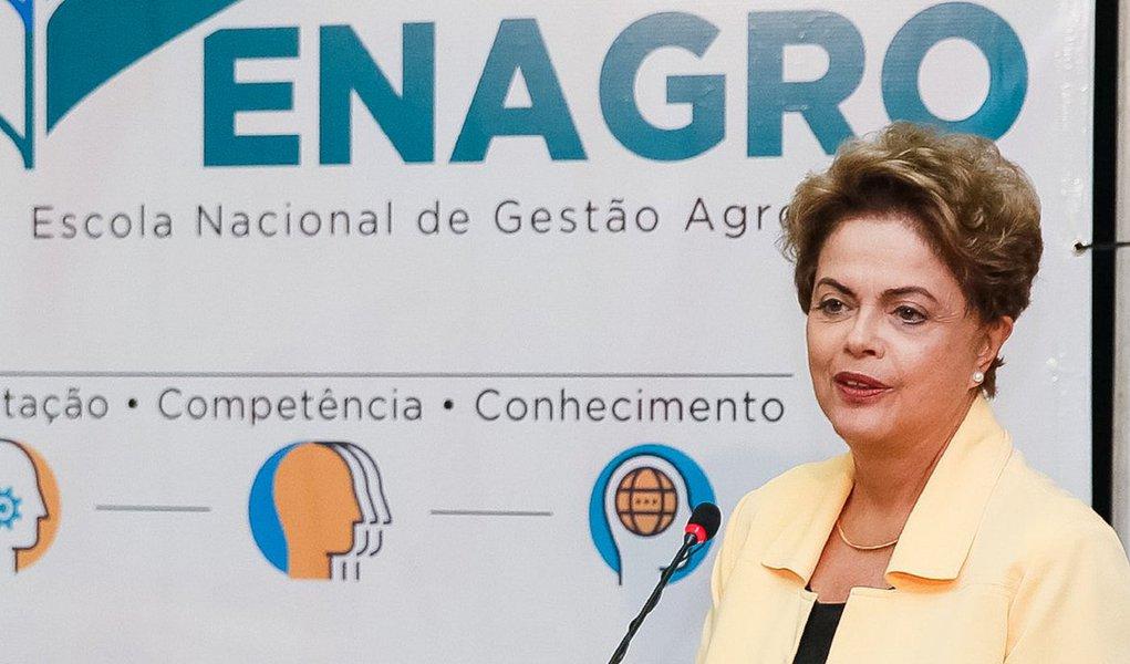 """A presidente Dilma Rousseff participou nesta terça (18) da inauguração da Escola Nacional de Gestão Agropecuária, em Brasília; durante o discurso, Dilma voltou a reconhecer que o Brasil vive um momento de dificuldades e disse que """"não há mais como dar suporte a tudo o que fizemos"""" e, por isso, o governo terá que """"reduzir o nível de desoneração"""" de alguns setores; """"O Brasil teve um desempenho fantástico, nós tínhamos conseguido superar os primeiros três anos de crise dependendo de um conjunto de políticas. Hoje, não temos mais como dar suporte a tudo o que fizemos. Vamos manter as desonerações, em alguns casos na sua integralidade, como o caso da cesta básica, mas, em outros, teremos que reduzir o nível de desoneração"""", afirmou"""