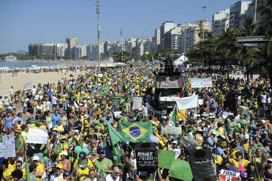 """Depois de cinco horas de caminhada pela orla de Copacabana, os manifestantes no Rio de Janeiro encerrraram o ato cantando o Hino Nacional e rezando o Pai Nosso; caminhada foi acompanhada por cinco carros de som por cerca de dois quilômetros, sob sol escaldante; discursos variavam nos carros de som, mas a maioria dos cartazes e faixas pedia o impeachment da presidenta Dilma Rousseff; no meio da multidão, um cidadão gritou: """"Viva a democracia, Lula 2016"""" e, sob vaias e xingamentos, precisou ser escoltado por policiais militares"""