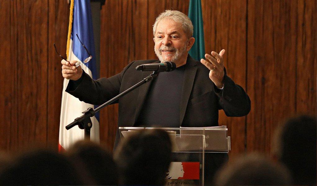 """No texto, os parlamentares dizem que, """"com perplexidade"""",acompanharam """"os ataques ardilosos dos reacionários e representantes do conservadorismo ao sempre presidente Lula"""" e tratam do habeas corpus """"irresponsavelmente atribuído a Lula"""" como """"mais uma tentativa de macular uma trajetória de abnegada dedicaçõa ao povo brasileiro"""""""