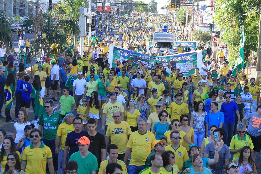 Manifestação contra o governo federal, o PT e a presidente Dilma Rousseff levou cerca de 10 mil pessoas às ruas de Goiânia na tarde deste domingo, de acordo com os números da Polícia Militar; Movimento Brasil Livre GO fala em até 40 mil pessoas; concentração começou por volta de 14h na Praça Tamandaré e começou a percorrer avenidas da Capital às 16h; grupo exibia faixas de protesto contra a corrupção e pedia o impeachment da presidente Dilma