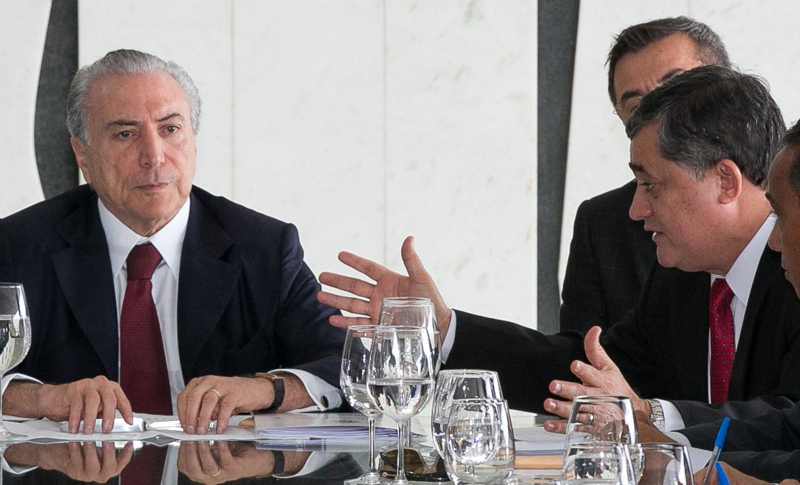 """Após um café da manhã na residência oficial do vice-presidente, Michel Temer, o líder do governo na Câmara, deputado José Guimarães (PT-CE), disse que a base aliada está """"afinada"""" para a votação, marcada para hoje, da MP 664,que altera as regras para a concessão de pensão por morte e auxílio-doença, parte do ajuste fiscal;""""Eu acredito que nós não vamos ter surpresa. Vamos votar, acredito que votaremos bem o texto principal"""", comentou"""