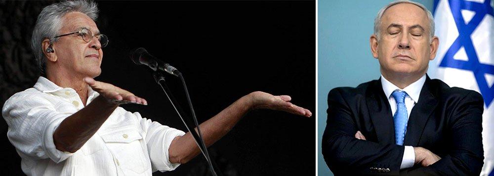 """Em resposta ao pedido de boicote de seu show em Israel por Roger Waters, ex-líder do Pink Floyd, cantor Caetano Veloso criticou o governo de Netanyahu, mas defendeu a apresentação: """"Eu preciso lhe dizer como meu coração é fortemente contra a posição de direita arrogante do governo israelense. Eu odeio a política de ocupação, as decisões desumanas que Israel tomou naquilo que Netanyahu nos diz ser sua autodefesa"""""""