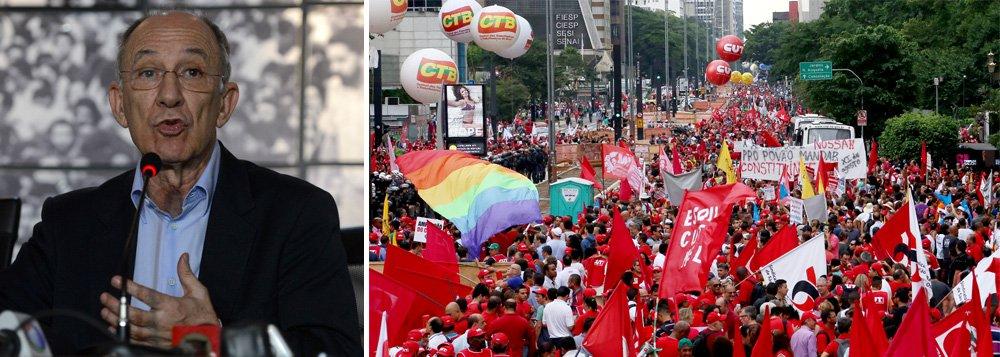 """Presidente do PT divulgou um vídeo no qual chama aliados para um """"grande agito"""" a ser realizado em diversas cidades no próximo dia 31, terça-feira; manifestação seguirá, segundo Rui Falcão, as mesmas bandeiras defendidas no último dia 13, em protesto daCUT, UNE e MST em 23 Estados, exaltando a presidente Dilma, realizando discursos """"contra a privatização"""" da Petrobras e ataques aos grupos que pedem o impeachment"""