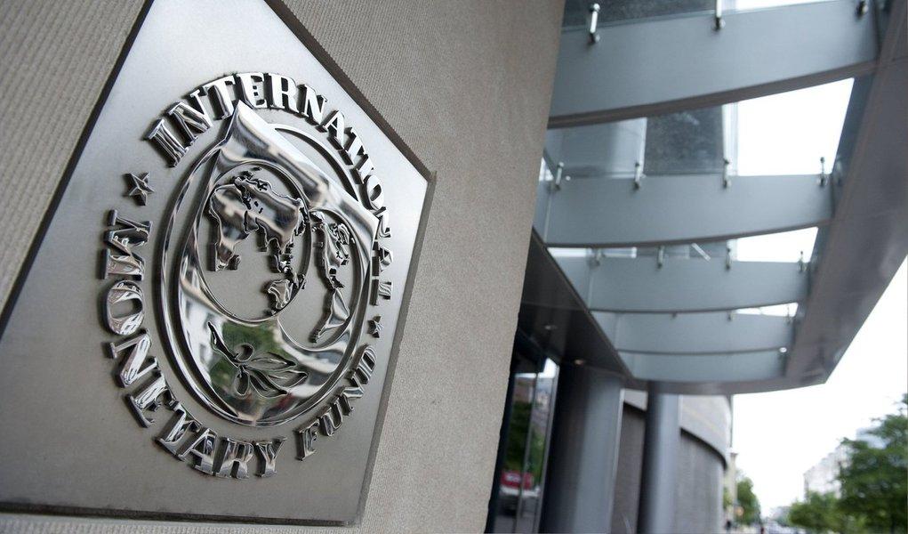 """Fundo Monetário Internacional (FMI) afirmou que a dinâmica da dívida pública grega é insustentável. Técnicos do fundo defenderam uma extensão dos prazos dos empréstimos europeus, em conjunto com novas reformas para inverter essa tendência; caso o alongamento falhe, o fundo cogitou a possibilidade de corte da dívida do país; """"Em cima de uma dívida já muito elevada, as novas necessidades de financiamento tornam a dinâmica da dívida pública insustentável"""", disse o FMI"""