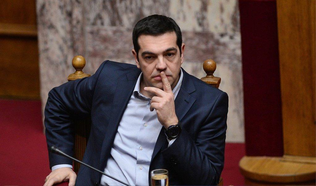 """Primeiro-ministro Alexis Tsipras pediu aos gregos nesta quarta-feira, 1º, que rejeitem o resgate internacional no referendo no domingo que pode decidir o futuro da Grécia na Europa; menos de 24 horas após escrever a credores se dizendo disposto a aceitar sua oferta se algumas condições fossem alteradas, Tsipras repetiu em discurso na televisão sua acusação de que a Grécia está sendo """"chantageada"""" e descartou rumores de que pode adiar ou cancelar a votação; """"Um voto pelo 'não' é um passo decisivo na direção de um acordo melhor que pretendemos assinar logo depois do resultado de domingo"""", disse Tsipras"""