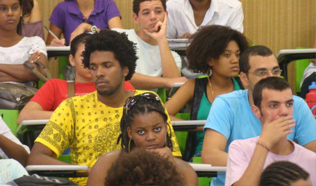 """A intenção é que as instituições federais em todo o país aumentem o acesso desses alunos, garantindo não apenas o ingresso, mas a diversidade de temas pesquisados; """"É algo imprescindível para o país, tendo em vista que as políticas de ação afirmativa tendem a agregar valor. Quanto maior a diversidade, maior qualidade"""", diz o secretário de Políticas de Ações Afirmativas da Seppir, Ronaldo Barros;negros representam 28,9% dos alunos da pós-graduação, segundo dados da Pnad"""