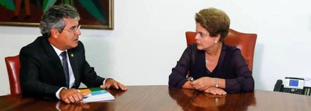 """Em jantar no Palácio da Alvorada com cerca de 40 senadores e 20 ministros do seu governo, presidente Dilma Rousseff demonstroupreocupação com projetos que criam gastos permanentes sem a previsão necessária das receitas; de acordo com o senador Jorge Viana (PT-AC), ela disse respeitar a independência entre os Poderes, mas que precisava fazer esse apelo diante da situação atual pela qual passa o Brasil e também outros países: """"Ela fez um apelo para ter a colaboração do Senado, para que possa ajudar o país neste momento, para que a gente possa ter uma agenda e projetos que possam auxiliar o país e não criar dificuldades"""", afirmou o senador"""