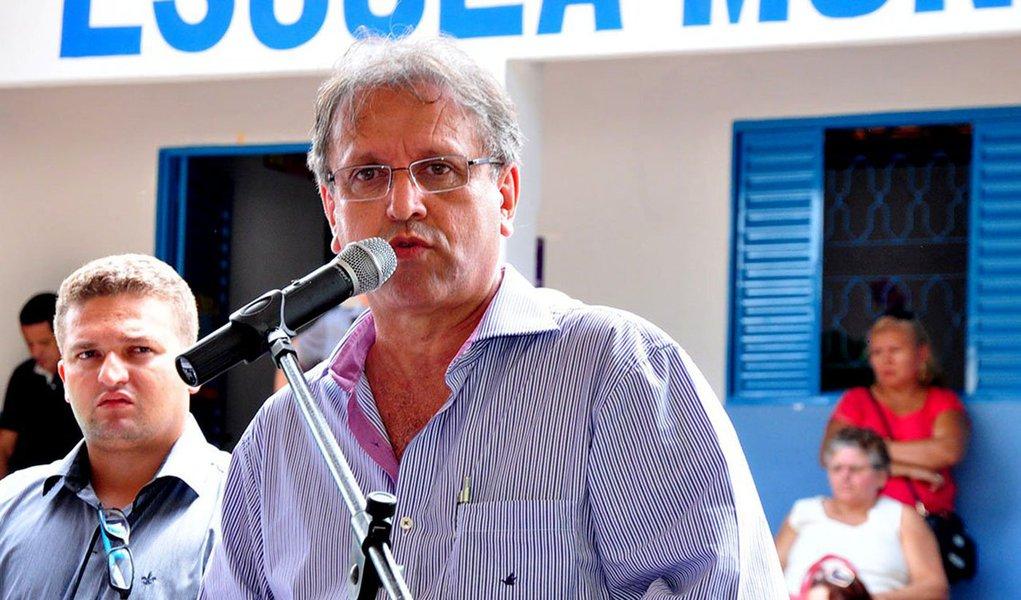 Governador Marcelo Miranda (PMDB) assina na manhã desta quarta-feira, 1º, em Araguaína, a ordem de serviço para retomada das obras de pavimentação asfáltica, acessibilidade e sinalização de mais de 170 mil m² nos setores Itaipu e Maracanã; as obras somam mais de R$ 17 milhões em investimentos, sendo que cerca de 30% deste valor é de contrapartida do Estado e, o restante, proveniente de convênio com a Caixa Econômica Federal, através do Programa de Aceleração do Crescimento (PAC)