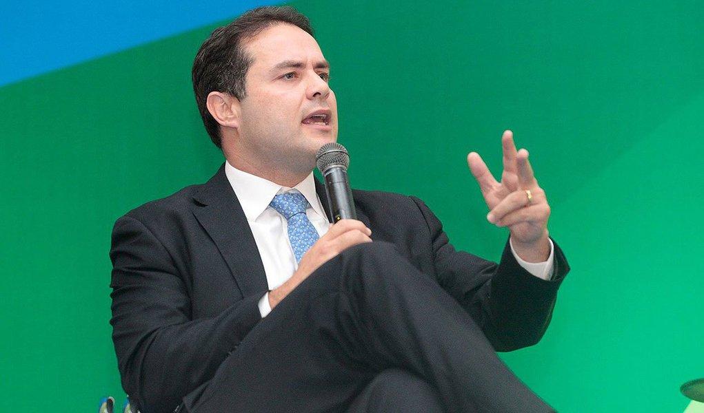 """O governador eleito, Renan Filho (PMDB), pretende diminuir o número de secretarias em Alagoas; no entanto, prevê criar a de Esportes; """"Não vamos excluir as secretarias, vamos integrá-las para reduzir os custos para o Estado. Ficaremos com menos de 20 pastas. Com o enxugamento da máquina, será possível fazer mais investimentos"""", afirmou"""