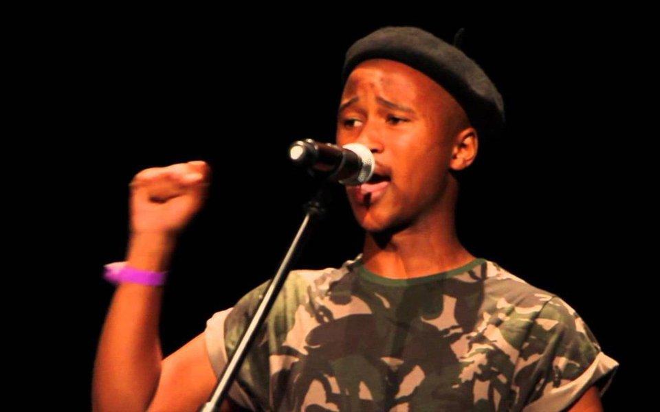 Reflexão minuciosa sobre corpos, e os significados atribuídos a eles. Nascido menina, o jovem poeta sul-africano Lee Mokobe cria comovente momento no TED ao explorar de forma cativante e poética as questões da identidade e da transição.