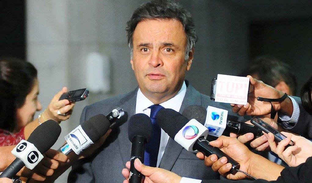 """Questionado se irá participar dos atos contra a presidente Dilma no próximo domingo 16, o senador tucano respondeu: """"É uma decisão que estou amadurecendo. Tenho, já disse, vontade pessoal de participar como cidadão, mas carrego comigo uma institucionalidade. Sou o presidente do maior partido de oposição hoje e essa é uma questão que eu vou discutir durante a semana com os demais dirigentes do partido, e aviso vocês"""""""