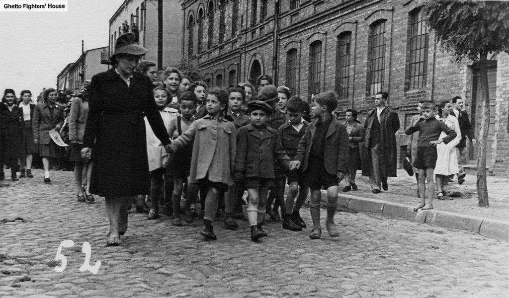 Ela era uma simples assistente social polonesa durante a Segunda Guerra Mundial. Mas conseguiu resgatar mais de 2.500 crianças judias do Gueto de Varsóvia. Sem a sua corajosa intervenção, elas teriam sido trucidadas pela loucura nazista
