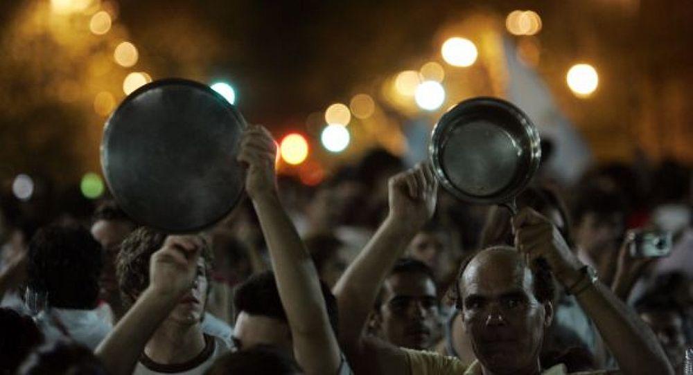 Os coxinhas paneleiros, moradores dos bairros de classe média, não percebem o quão ridículo é bater em panelas, um símbolo de protesto dos povos latino-americanos reprimidos pelas ditaduras ou pelos pobres, porque realmente sentiam fome