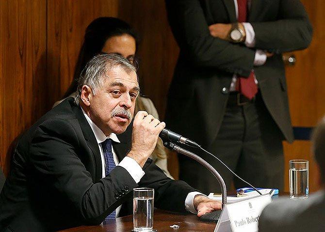 Carlos Cachoeira, o bicheiro, pautava a Veja, e, por consequência, toda a mídia brasileira, com informações obtidas ilegalmente, ou mesmo através de armações feitas com objetivo de derrubar seus adversários no mercado de corrupção