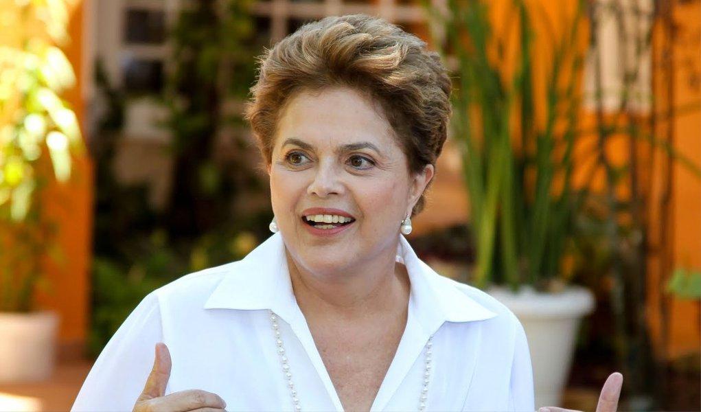 Presidente nunca temeu crise institucional, mas agora risco está definitivamente superado;apenas na noite de ontem Dilma Rousseff venceu por 7 a 0, no TSE, as suspeitas veladas sobre suas contas eleitorais; moral reforçado;a crise política,ela jávencera com a redução do superávit, calando as insinuações de crime de responsabilidade fiscal espalhadas pela oposição; a credibilidade foi recuperada com a boa aceitação da nova equipe econômica; falta resolver a Petrobras; nas outras crises, timing muito pessoal da presidentefuncionou; Dilmasuperou cada grande obstáculo e pode ter em 1º de janeiro a posse com tudo o que tem direito: mais quatro anos de governo