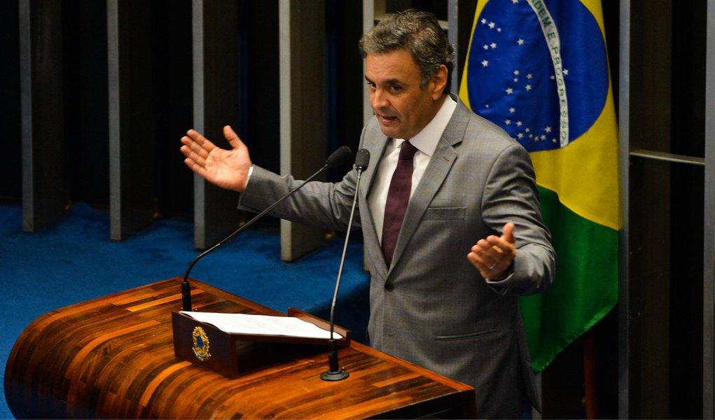 """O senador Aécio Neves (PSDB) disse nesta segunda (9) que o """"PT continua tentando tapar o sol com a peneira ao tentar responsabilizar a oposição pelas repetidas, e cada vez mais frequentes, manifestações críticas ao governo""""; para ele, as """"manifestações nascem de forma espontânea em diversos setores da sociedade que se sentem enganados""""; """"Fazer uma mea culpa, admitindo os graves erros cometidos do ponto de vista gerencial e ético, talvez seja um bom recomeço para se tentar resgatar, pelo menos em parte, a confiança perdida"""", diz"""