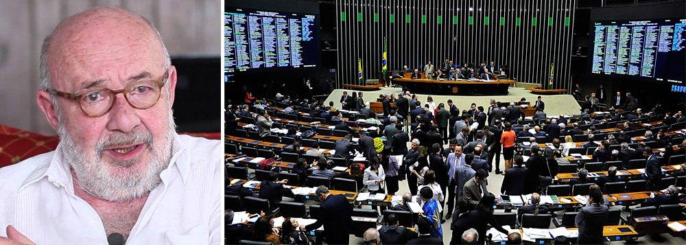 """Jornalista Ricardo Kotscho criticou nesta quinta-feira, 25, em seu blog, a inversão de papéis que PT e PSDB protagonizaram na Câmara, na aprovação da correção do salário mínimo para aposentados e pensionistas;""""Tucanos defendendo os interesses dos trabalhadores, sem dar bola para o equilíbrio fiscal; petistas obrigados a votar contra, em defesa da política econômica neoliberal adotada pelo governo, que até outro dia era a grande bandeira do seu adversário"""", afirmou; """"O buraco aumenta e as contas simplesmente nãofecham. Aonde querem chegar?"""", questiona"""