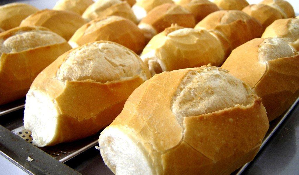 A partir de abril o pão consumido pelo alagoano vai ficar mais caro com variação prevista entre 8% e 10%; esta será a segunda alta este ano; justificativa do Sindicato dos Panificadores é a valorização do dólar, que reflete na importação do trigo, além do aumento da energia elétrica e dos salários dos padeiros