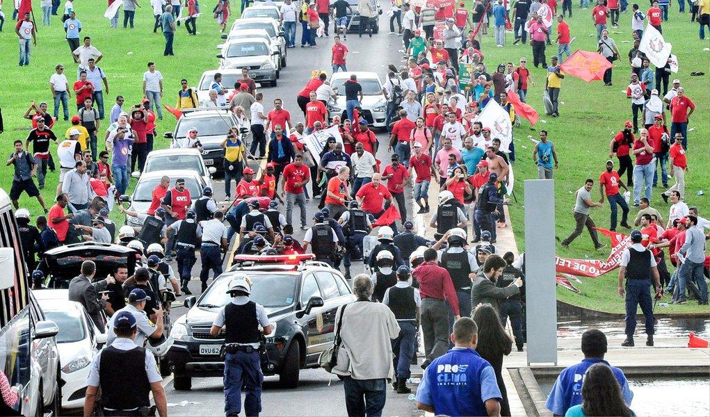 Manifestantes de centrais sindicais contra o projeto de terceirizações entraram em confronto com a Polícia Militar, em Brasília; um pequeno grupo bloqueou o acesso de veículos à entrada da Câmara dos Deputados; pessoas vestidas com uniforme da CUT deram bandeiradas em PMs, que revidaram com spray de pimenta e golpes de cassetete; um manifestante ficou com a cabeça ferida com confronto
