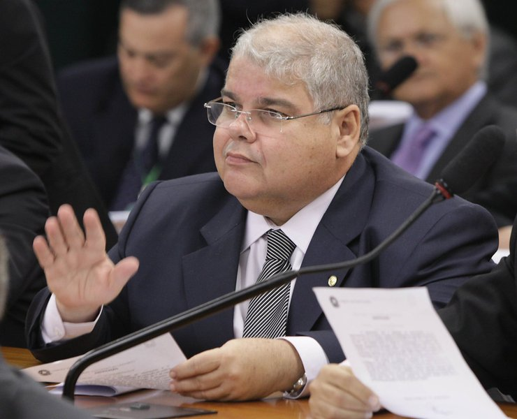 """Vice-líder do PMDB na Câmara, Lúcio Vieira Lima endossa o coro da ala 'rebelde' e deixa claro que a relação com o PT está estremecida; """"O PT só enxerga o PMDB como parceiro na hora de limpar a sujeira""""; ele diz ainda que os peemedebistas não têm """"obrigação"""" de blindar membros do PT em investigações; """"Não vamos fazer como naqueles filmes em que um grupo mata e depois entra a turma da limpeza. A coligação com o PT não me obriga, por exemplo, a proteger tesoureiro de partido""""; Lúcio se refere a João Vaccari Neto, tesoureiro do PT citado na Operação Lava Jato"""