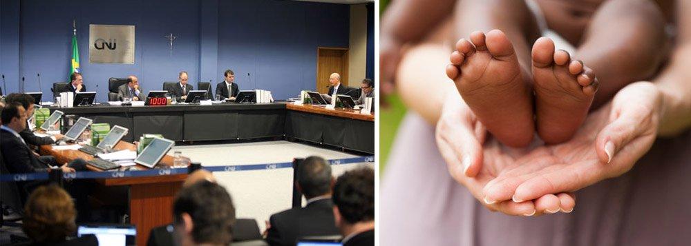 De acordo com dados da Corregedoria Nacional de Justiça (CNJ), Alagoas é um dos 11 estados que não registrou nenhuma adoção neste ano; o motivo seria o afastamento da juíza titular da Vara Cível da Comarca de Maceió e a falta de técnicos especializados no Judiciário e no Executivo; no entanto, essas informações são rebatidas