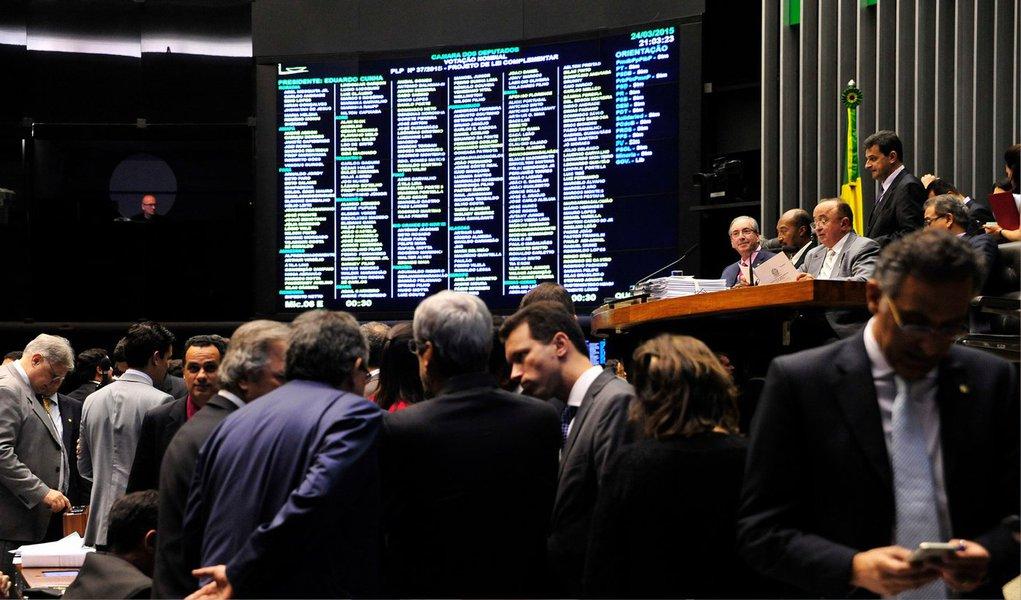 A Câmara dos Deputados aprovou nesta terça (24) uma regra para garantir a execução da lei que troca o indexador das dívidas dos Estados e municípios; a proposta segue para análise dos senadores e foi aprovada pelos deputados com 389 votos favoráveis e duas abstenções; líderes de todos os partidos, inclusive o PT, partido da presidente Dilma Rousseff, e o PC do B, fiéis aliados, deram aval ao projeto; nesta terça, no entanto, a presidente Dilma Rousseff chegou a afirmar que não tem condições de bancar a troca do indexador devido às turbulências econômicas