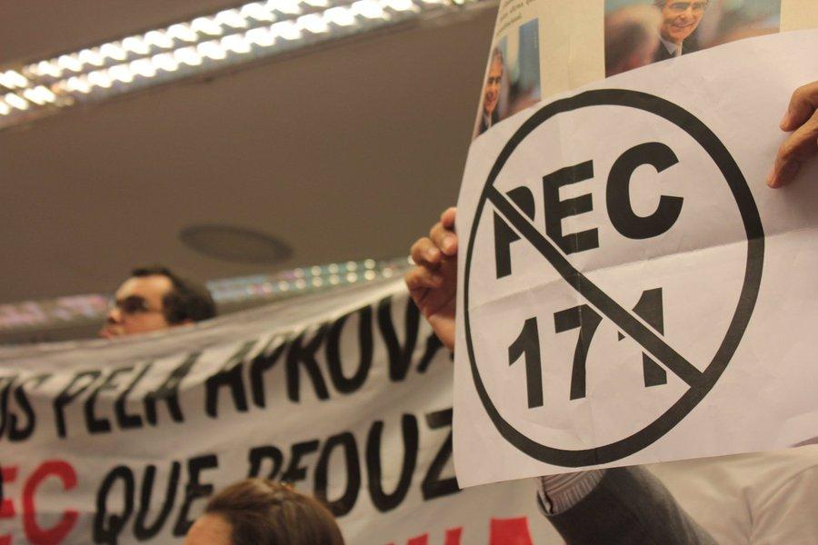 Foram 303 votos a favor, quando o mínimo necessário eram 308. Foram 184 votos contra e 3 abstenções. Votaram, ao todo, 490 deputados.debate da PEC foi acirrado. Foram mais de três horas de discussão em um Plenário dividido, mas com uma opinião em comum: todos os discursos reconheceram que o Brasil enfrenta problemas no controle da criminalidade e que o Congresso precisa ampliar o debate