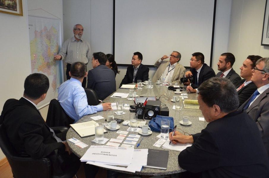 O secretário da Casa Civil do Estado, Bruno Dauster, se reuniu com representantes de seis empresas chinesas interessadas no investimento em obras de infraestrutura na Bahia; projetos como Porto Sul, Ferrovia de Integração Oeste Leste (Fiol), Veículo Leve Sobre Trilhos (VLT), aeroportos e sistemas de abastecimento de água foram apresentados ao grupo; Dauster afirmou que, juntos, Fiol e Porto Sul serão uma das mais importantes rotas de exportação de minérios de ferro e granéis agrícolas do País