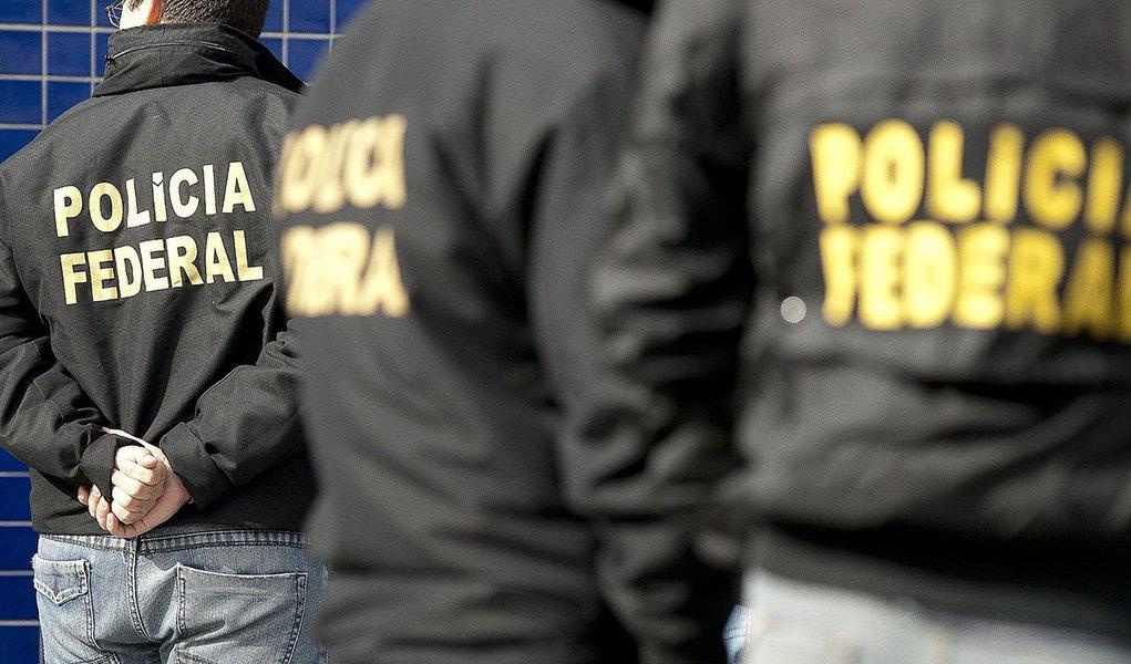 Polícia Federal (PF) deflagrou, em cinco cidades do Paraná, uma operação para desarticular uma organização criminosa suspeita de desviar recursos públicos por meio da atuação ilícita de organizações da Sociedade Civil de Interesse Público (Oscips); segundo as investigações em curso desde 2011, prefeituras contratavam essas organizações com sede em Curitiba para atuar em programas na área de saúde; investigados apresentavam informações falsas na prestação de contas, simulavam pagamentos a empresas que pertenciam aos dirigentes das próprias Oscips, entre outras condutas suspeitas